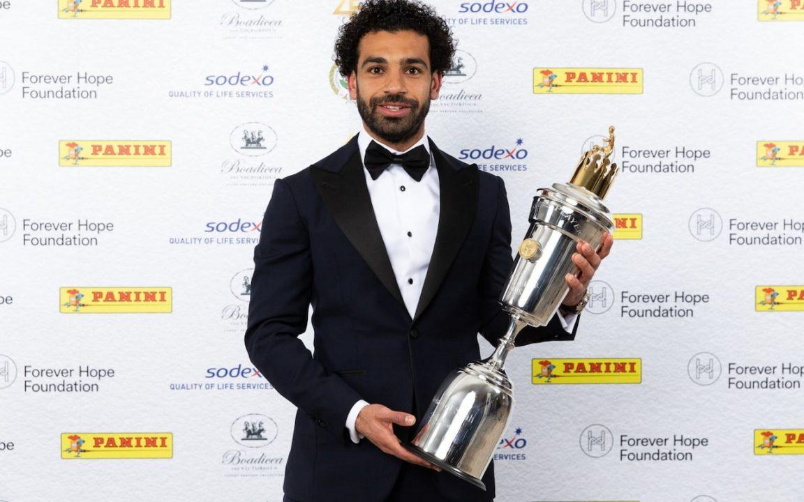 محمد صلاح مع جائزة أفضل لاعب بالدوري الإنجليزي