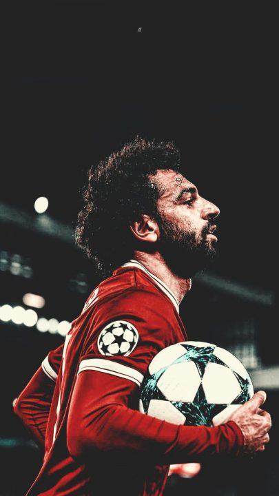 محمد صلاح يحمل الكرة بعد سوبر هاتريك واتفورد