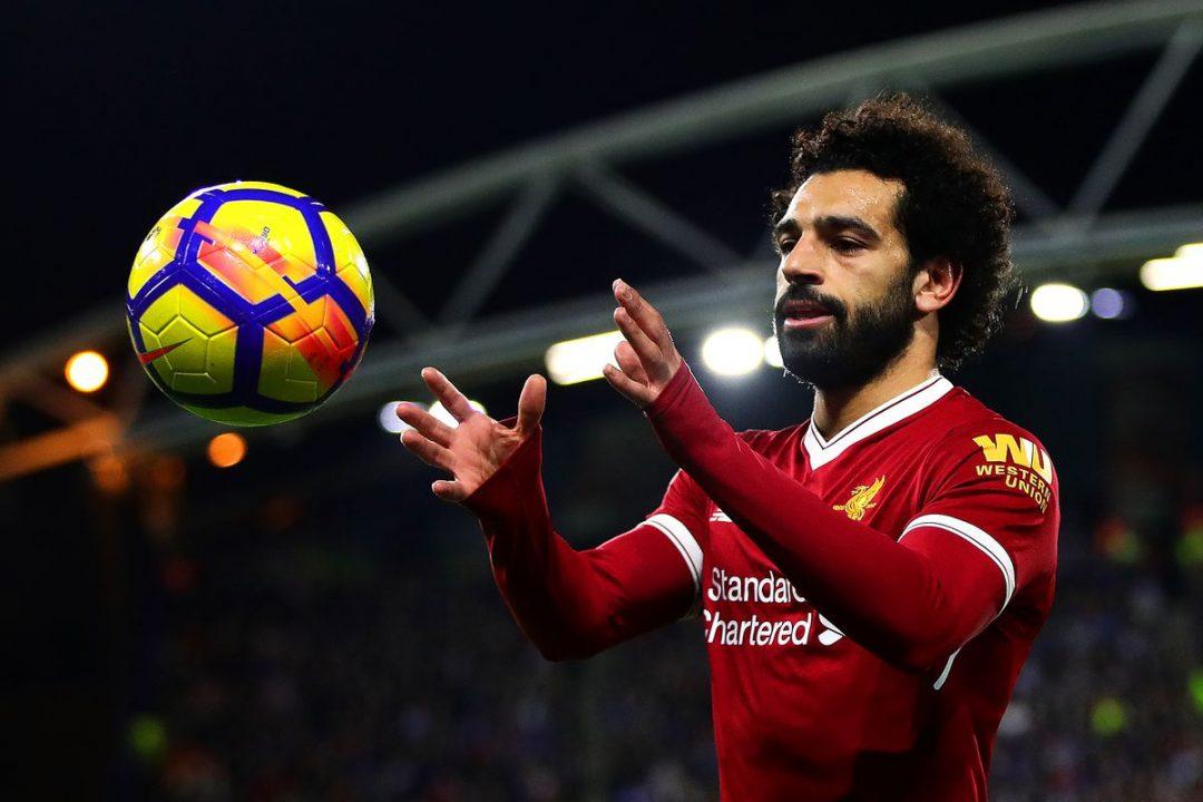 محمد صلاح يحمل الكرة بيديه