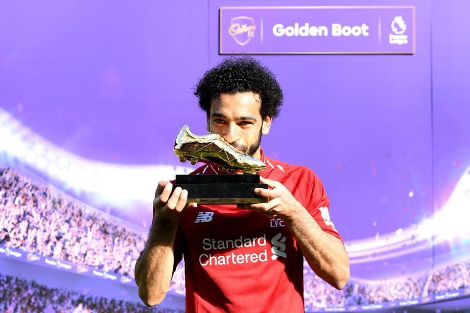 محمد صلاح يقبل الحذاء الذهبي