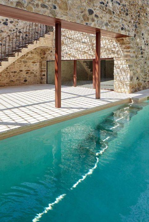 حائط حجري على حمام سباحة فيلا