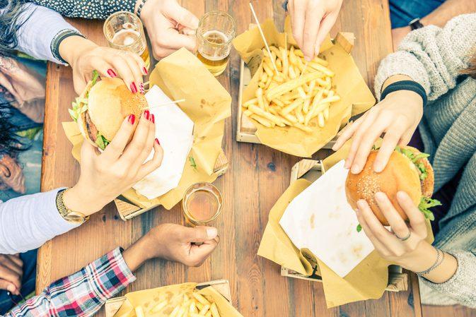 ضوضاء المطاعم تحفز طلب الطعام غير الصحي