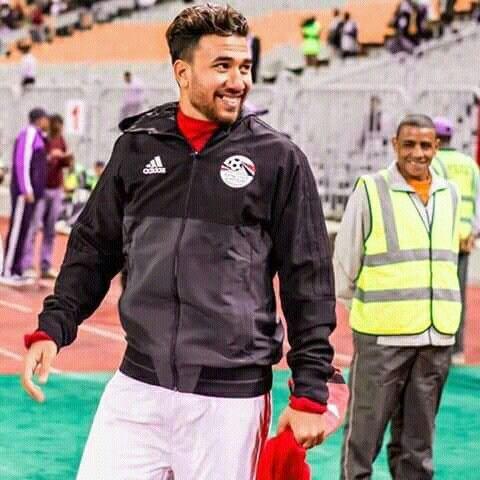 محمود حسن تريزيجه نجم منتخب مصر يبتسم للجمهور