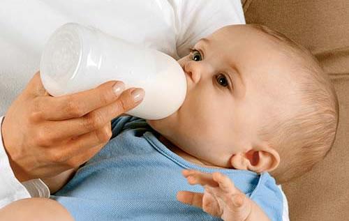 شرب الحليب من الزجاجة